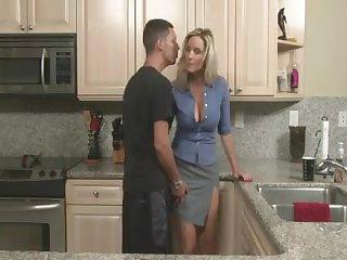 Мамочка соблазняет молодого паренька на кухе, а потом трахает его на столе