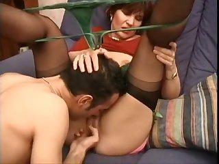 Зрелая дама дала полизать пизду молодому парню