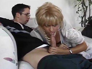 Порно старая блондинка сосёт у хуй у молодого очкарика