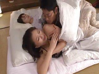 Трахает спящую японку на кровати