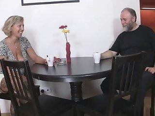 Жаркое порно зрелых свингеров с молодой парой