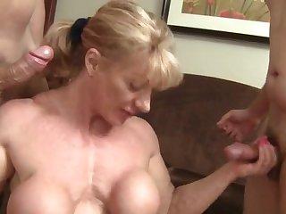 Возбуждающее групповое порно с накаченной женщиной