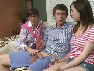 Зрелая учит молодую парочку сексуальным прелестям на диване