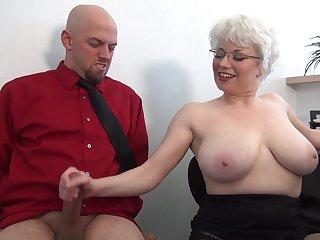 Офисное порно грудастая сочная мамочка дрочит хуй сотруднику