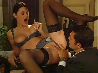 Порно красивая мамка даёт в попу и заставляет лизать пизду
