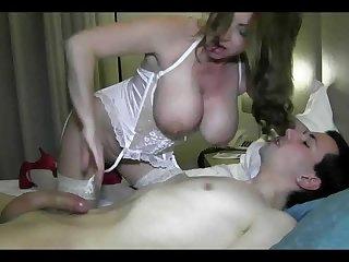 Порно сисястая зрелая королева в корсете ублажает молодого парня