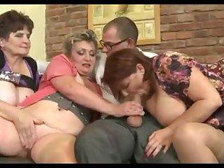 Три бабашки с большими сиськами сосут член и трахают себя им между сисек