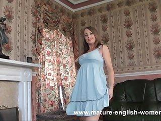 Смазливая англичанка снимает платье и показывает красивую задницу