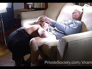 Старик присунул вялый член в пышную задницу новой соседке прямо в гостях
