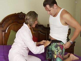 Жена так и просит мужа трахнуть её с широко раздвинутыми ногами