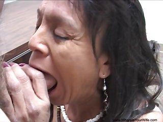 Порет в жопу старую мексиканку, после смачного минета на коленах