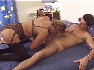 Французская гувернантка в постели развела на секс молодого парня, обнажив большие сиськи