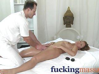 Итальянский массажист ловко раздвинул рогатку постоянной клиентке и подарил секс массаж