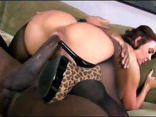 Сексуальную взрослую тёлку в чулках жёстко ебут огромным хуем