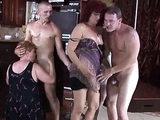 Молодые парни ебут старых пьяных бабушек в баре