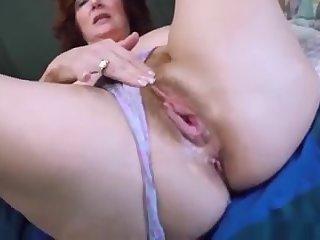 Рыжая сука спалилась за мастурбацией и получила обкончанное лицо