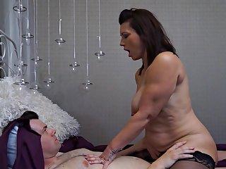 Шикарный секс в постели со зрелой любовницей