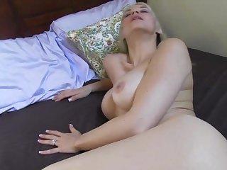 Секс от первого лица в спальне с развратной тетей