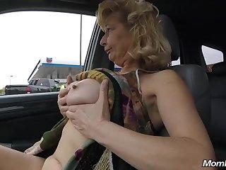 Любительский секс в номере со старой женщиной легкого поведения