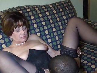 Старуха глотает пенис и дает негру в номере отеля