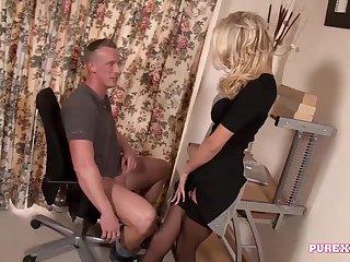 Блондинка застукала за дрочкой квартиранта и принялась сосать