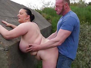 Толстая шалава трахается на улице с крепким мужиком