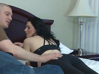 Бритоголовый довел до оргазма сисястую брюнетку в постели