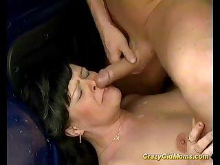 Зрелой сосущей тётке обкончали лицо спермой