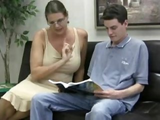 Зрелая сисястая тётка соблазнила молодого парня