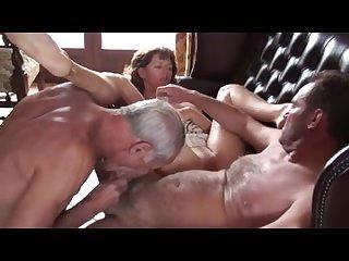 Развратное порно бисексуалов на кровати