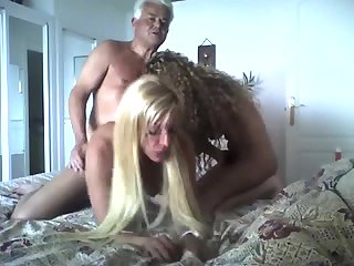 Зрелый мужик устроил групповой секс с роскошными студентками