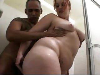 Зрелые любовники занимаются сексом в душе