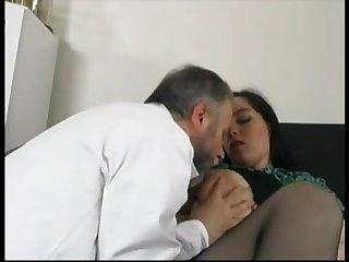 Зрелый доктор хорошенько осмотрел красавицу в кабинете