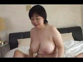 Зрелая японка с большими сиськами дала себя трахнуть